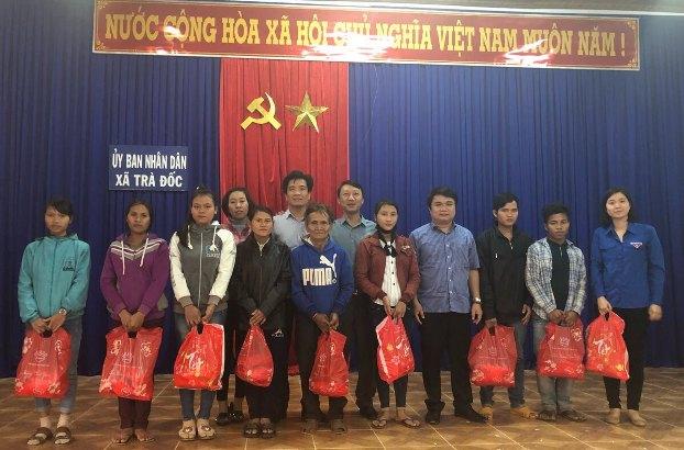 Công ty TNHH MTV thăm Tết xã kết nghĩa Trà Đốc và làng Hòa Bình S.O.S tỉnh Quảng Nam